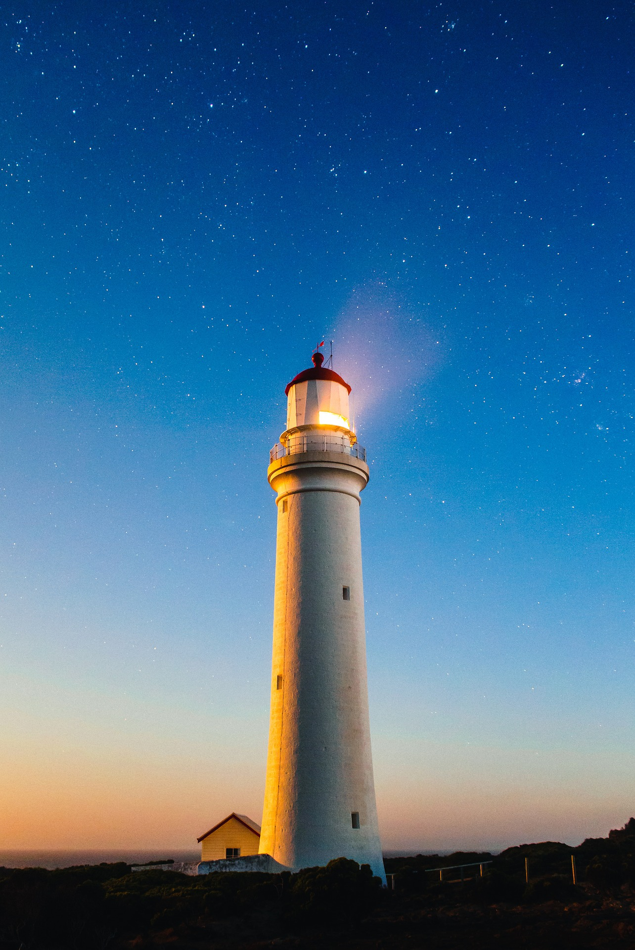 lighthouse-820431_1920